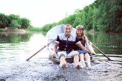 Unga sunda par som plaskar i vatten Arkivbilder
