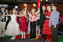 Unga teaterbesökare barn som håller ögonen på entusiastiskt barns teatern Smeshariki för juldockteaterföreställning Royaltyfria Bilder