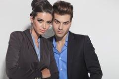 Unga tillfälliga par som tätt tillsammans poserar Royaltyfri Foto