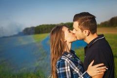 Unga tillgivna par som ömt kysser Royaltyfria Bilder