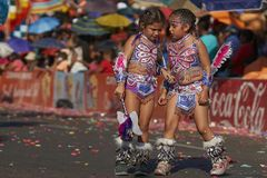 Unga Tobas dansare på den Arica karnevalet, Chile royaltyfri foto