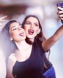 Unga tonåriga flickor som tar en Selfie Arkivbild