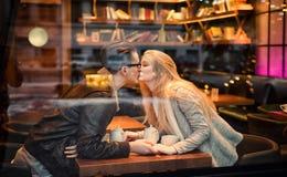 Unga tonåriga pojke-flicka par som kysser Fotografering för Bildbyråer