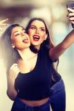 Unga tonårs- flickor som tar en Selfie Royaltyfri Bild