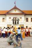 Unga traditionella thailändska dansare som utför på monumentet Chiang Mai för tre konungar Arkivbild
