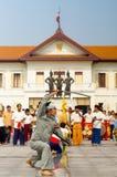 Unga traditionella thailändska dansare som utför på monumentet Chiang Mai för tre konungar Royaltyfri Fotografi