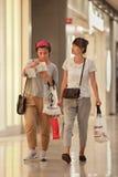 Unga trendiga kvinnor på den Livat shoppinggallerian, Peking, Kina Arkivfoton