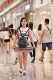 Unga trendiga kvinnor på den Livat shoppinggallerian, Peking, Kina Arkivbild