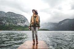 Unga turister på en pir på sjön royaltyfri fotografi