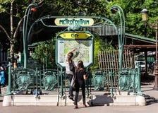 Unga turister på ingången till den Paris Metropolitain subwaen Royaltyfria Bilder