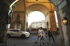 Unga turister som besöker Europa i Florence, Italien Fotografering för Bildbyråer