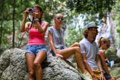 Unga turister vilar på vaggar i djungeln Arkivfoto