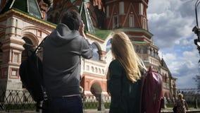 Unga turistpar som tar bilder av Moskva nära Kreml, Ryssland lager videofilmer