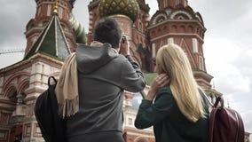 Unga turistpar som tar bilder av Moskvadomkyrkan nära Kreml, Ryssland lager videofilmer