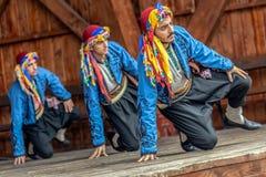 Unga turkiska dansare i traditionell dräkt royaltyfri fotografi