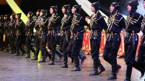 Unga turkiska dansare i traditionell dräkt stock video