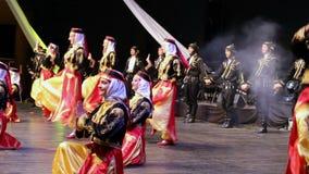 Unga turkiska dansare i traditionell dräkt lager videofilmer