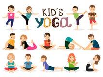 Unga ungar i yoga poserar Arkivfoton
