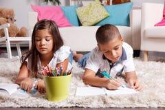 Unga ungar som hemma gör läxa Arkivbild