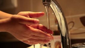 Unga ungar som tvättar händer arkivfilmer