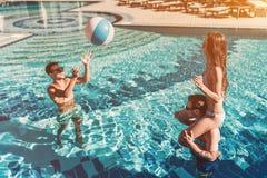 Unga vänner i simbassäng arkivfoton