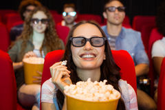 Unga vänner som håller ögonen på en film 3d Arkivfoton