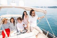 Unga vänner som seglar i det karibiska havet royaltyfri foto