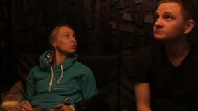 Unga vänner som sitter i kafé och att tala och att tycka om mat lager videofilmer