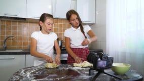 Unga vloggers som antecknar videoinnehållet för rullande deg för matblogg med kavlen stock video