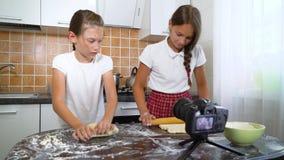 Unga vloggers som antecknar videoinnehållet för rullande deg för matblogg med kavlen arkivfilmer