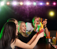 Unga vänner som tillsammans dricker coctailar på partiet Arkivfoton