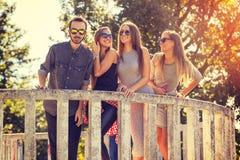 Unga vänner som utomhus skrattar och har roligt Royaltyfri Bild