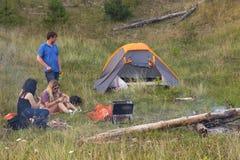 Unga vuxen människa på en campingplats Arkivfoto
