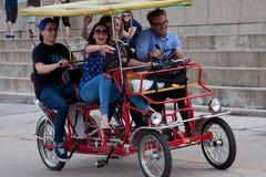 Unga vuxen människa trampar en Four-Wheeled cirkulering i Chicago fotografering för bildbyråer