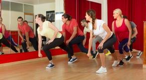 Unga vuxna människor som dansar i en studio Royaltyfri Fotografi