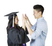 Unga vuxna par som uttrycker lycka på avläggande av examen arkivbilder