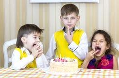 Ungar äter kakan Arkivbilder