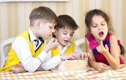 Ungar äter kakan Royaltyfri Bild