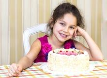 Ungar äter kakan Royaltyfria Foton
