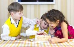 Ungar äter kakan Royaltyfria Bilder