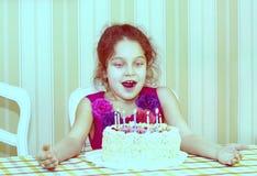 Ungar äter kakan Fotografering för Bildbyråer