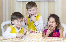 Ungar äter kakan Arkivfoton