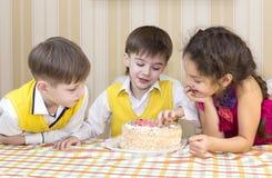 Ungar äter kakan Royaltyfri Fotografi