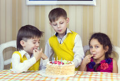 Ungar äter kakan Arkivfoto