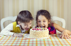 Ungar äter kakan Arkivbild