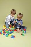 Ungar barn som tillsammans delar och spelar Royaltyfri Fotografi