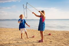 Ungar bl?ser bubblan p? stranden bubbles barnet royaltyfri foto