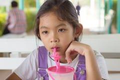Ungar dricker fruktsmoothies Royaltyfri Fotografi