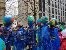 Ungar får klara för gatakarneval royaltyfri foto
