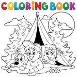 Ungar för färgläggningbok som campar i skog Royaltyfri Bild